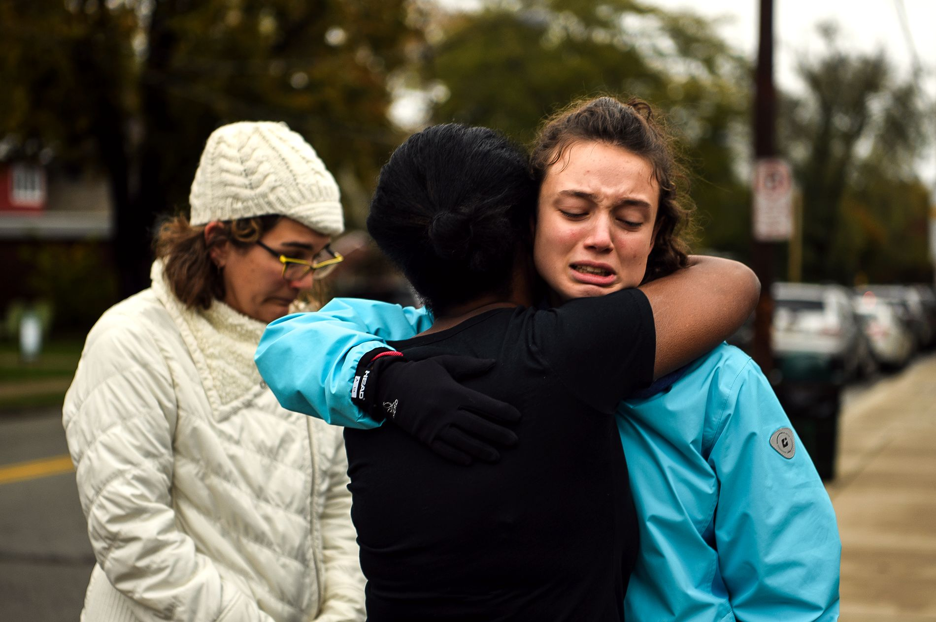 MASSEDRAP: Pittsburgh-innbyggere trøster hverandre kort tid etter angrepet mot en jødisk synagoge i utkanten av den amerikanske byen lørdag.