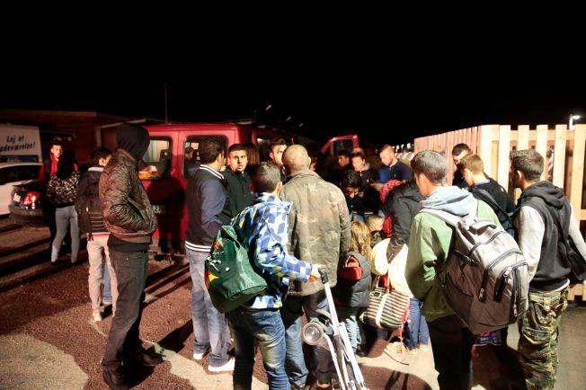 FIKK SKYSS: Mange dansker tok i natt og i dag tidlig med seg flyktninger som ville videre til Sverige. Her får noen av dem plass i en rød varebil.