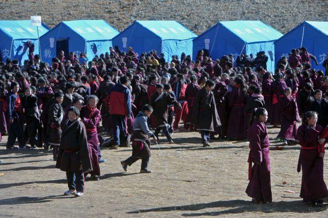 REDNINGSLEIR: Tibetanske ungdomemr har samlet seg utenfor provisoriske telt ved et redningssenter i Kangding, etter et jorskjelv rammet Tibet i november i fjor. Jordskjelvet målte 5,9 og tok fem menneskeliv.