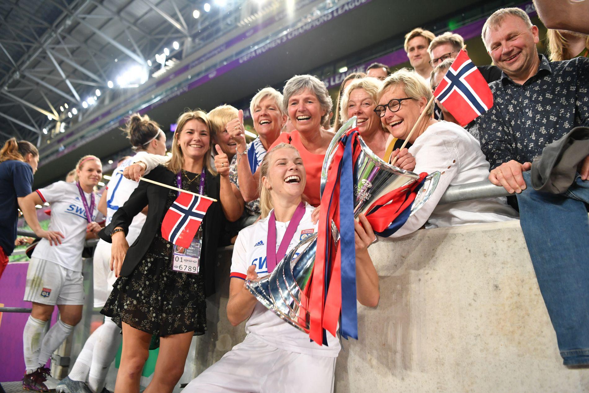 TEAMET: Ada Hegerberg sammen med «fansen» sin. Helt til venstre søster Andrine, skjult bak henne er mamma Gerd, i bakgrunnen forloveden Thomas Rogne og helt til høyre pappa Stein Erik.