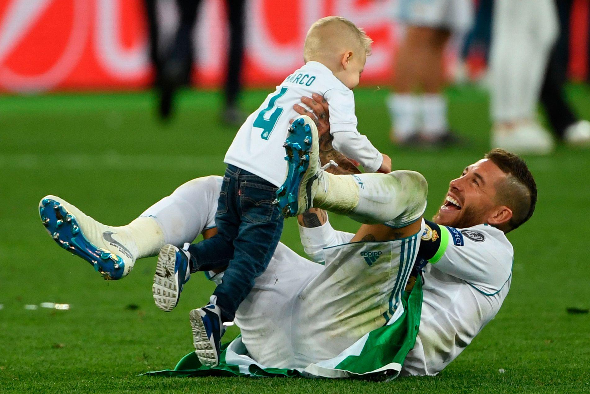 MYK MANN: Sergio Ramos viste frem en litt annen side av seg selv også. Her feirer han med sønnen.