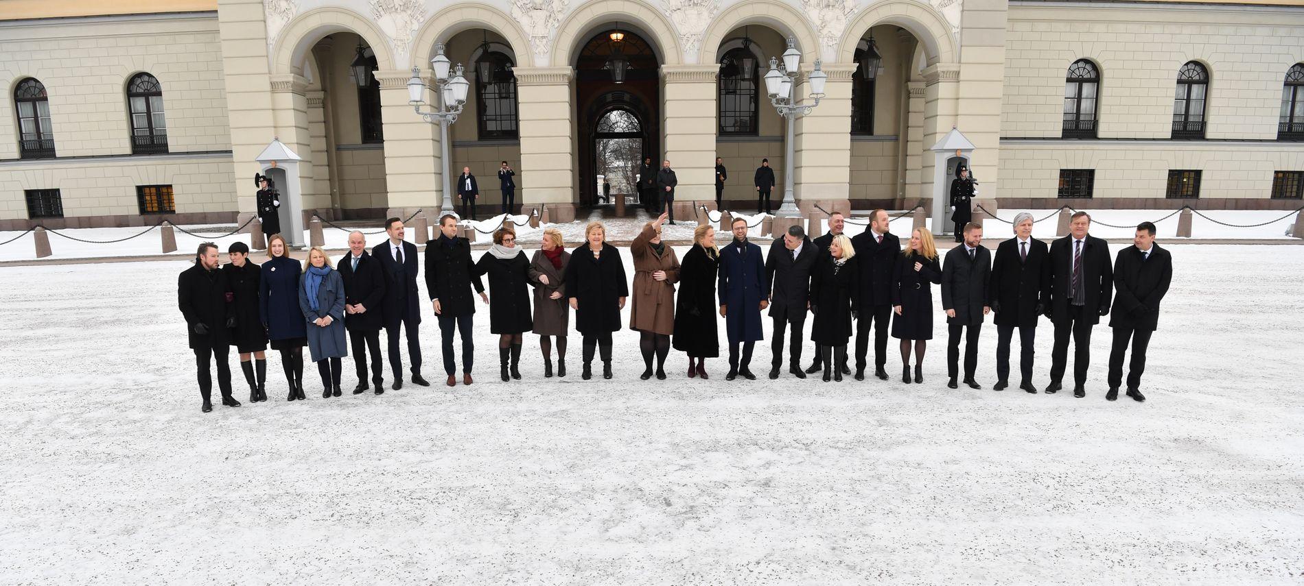 REKORDSTOR: Erna Solberg sa til sine regjeringskolleger, mens de gikk mot publikum og presse som sto utenfor slottet, at de måtte holde seg samlet. Det er uklart om det var fordi de er en rekordstor regjeringsflokk at statsministeren slet med å holde alle samlet.