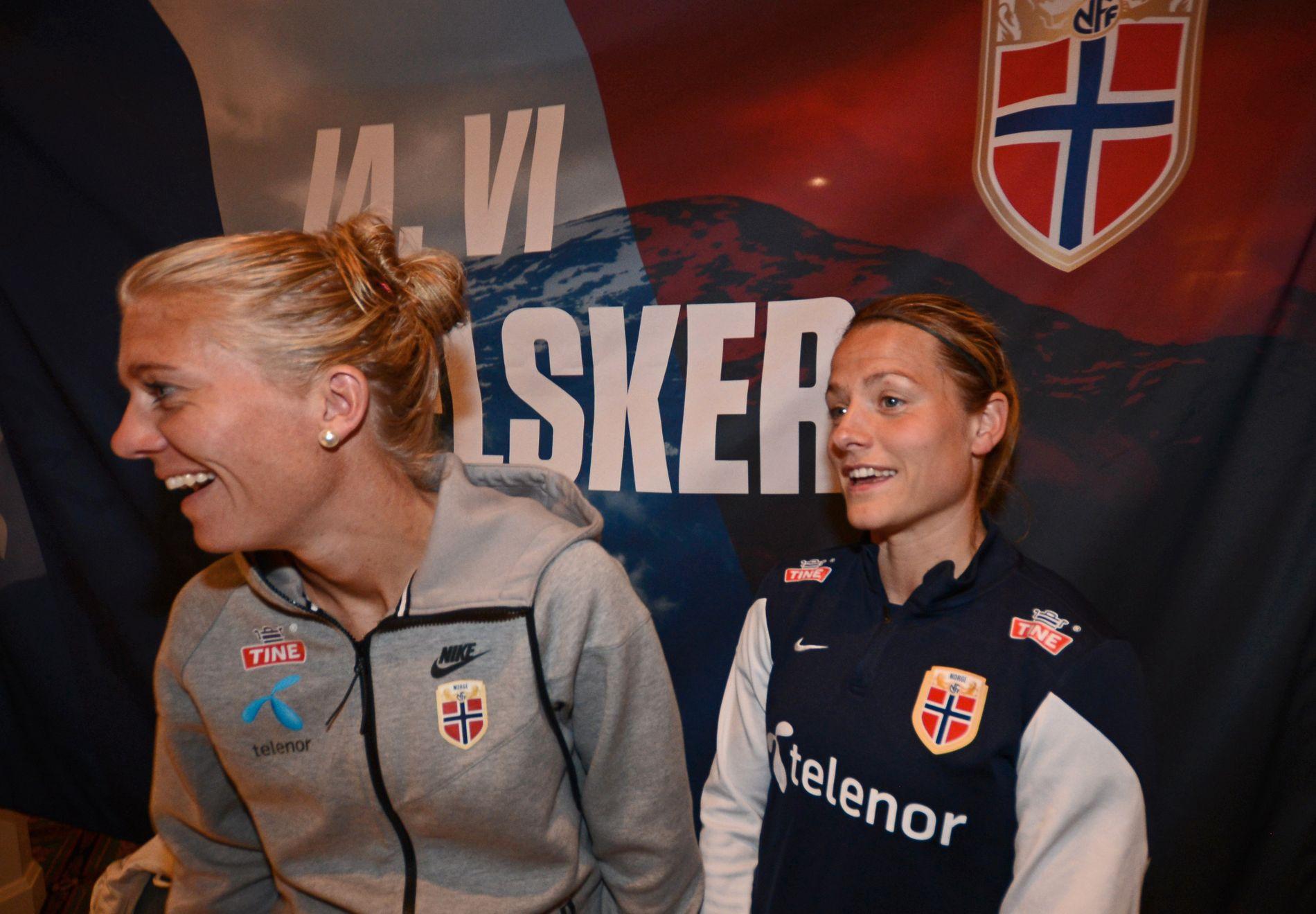 SAMMEN IGJEN: Solveig Gulbrandsen (til venstre) og Trine Rønning skal være med å bygge opp et nytt storlag i Kolbotn. Her er de fotografert i Ottawa, Canada, under fotball-VM i 2015.
