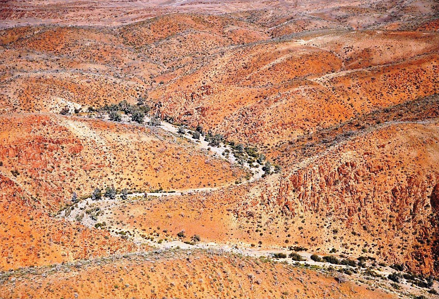 BEINRESTER OG VÅPEN: Dette flyfotoet viser fjellområdet i Nord-Australia der arkeologer de siste årene har funnet flere utrolige gjenstander fra urbefolkningen som bodde der for 50.000 år siden.