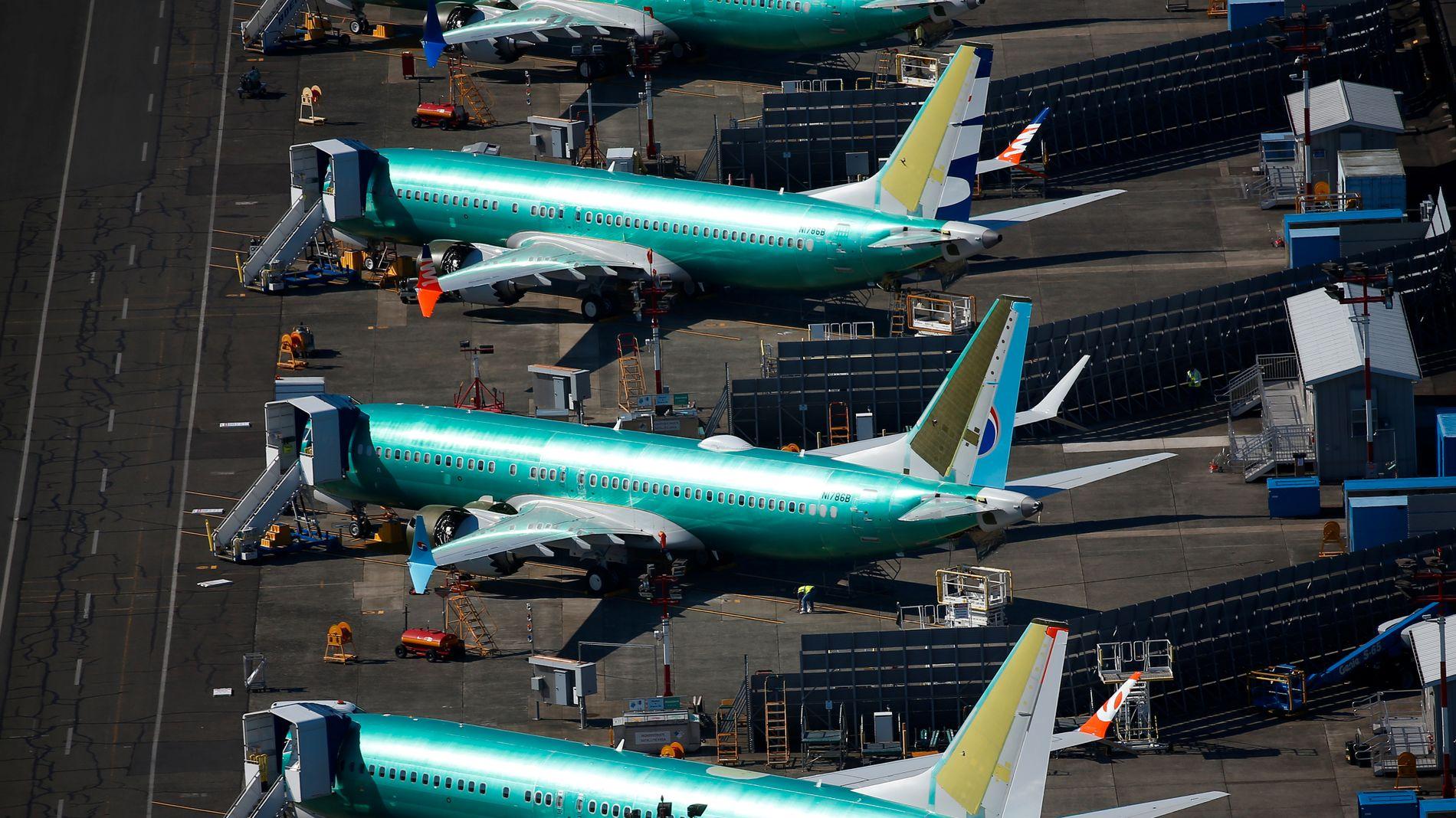 PARKERT: Umalte Boeing-fly parkert på en flyplass nær fabrikken i Renton, USA.