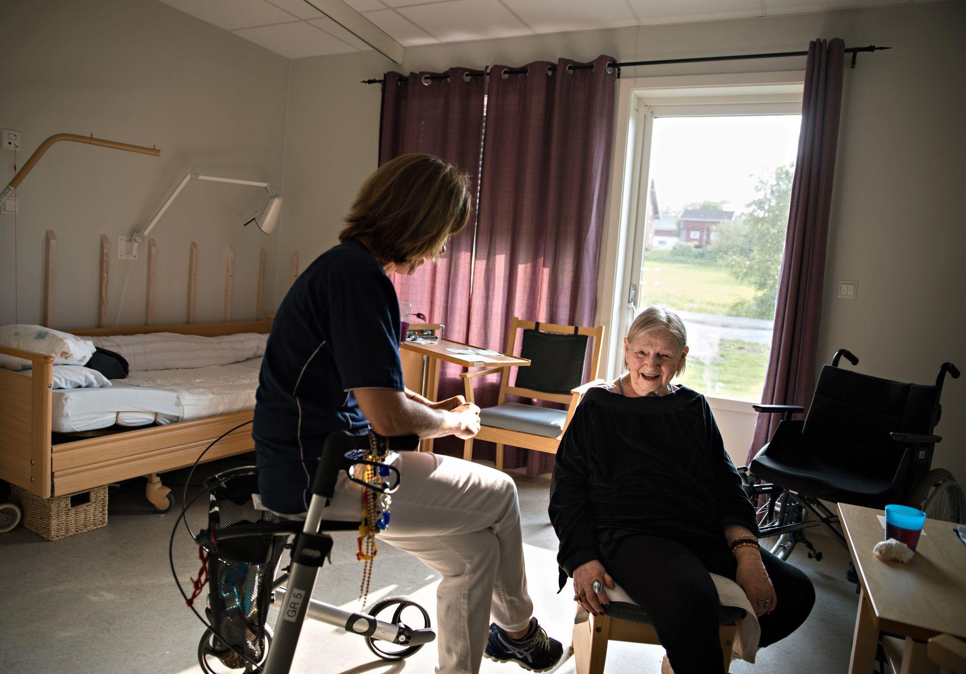 NATT-TRANSPORT: VG har fortalt historien om Lillemor (82) som kom hjem til sykehjemmet klokken halv 5 på morgenen med ambulanse.