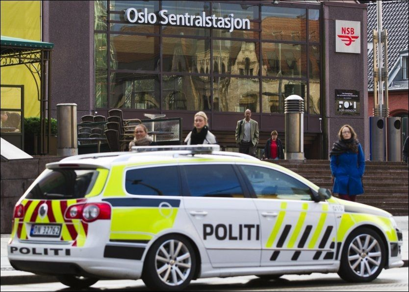 VIL ENDRE SYSTEMET: En politibil står parkert utenfor Oslo Sentralstasjon i forbindelse med en knivstikking tidligere i oktober. Frp vil gjøre endringer i politiet. Foto: Vegard Grøtt, NTB Scanpix