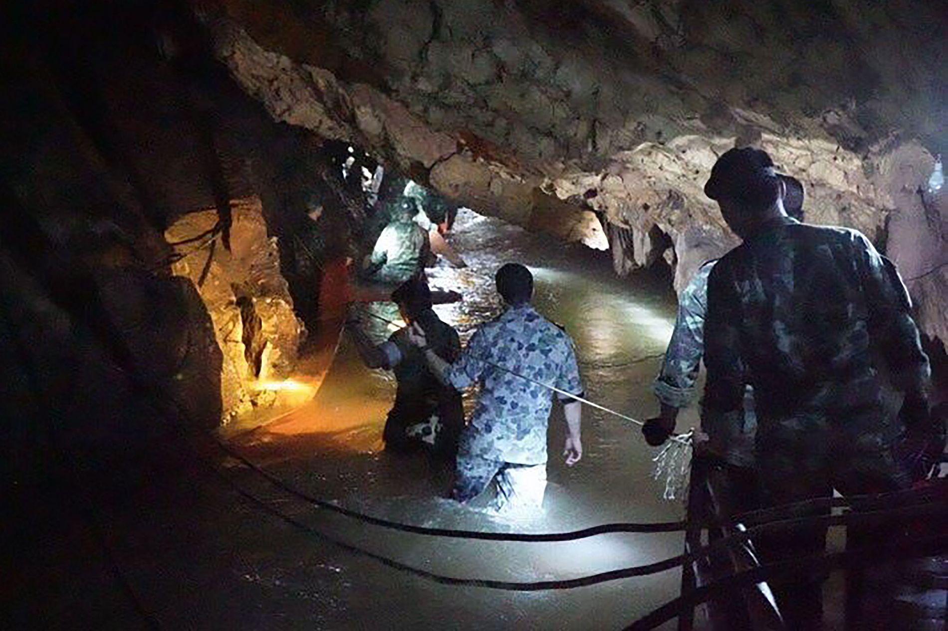 LETER FORTSATT: En gruppe thailandske marinesoldater insiserer grotten i helgen.