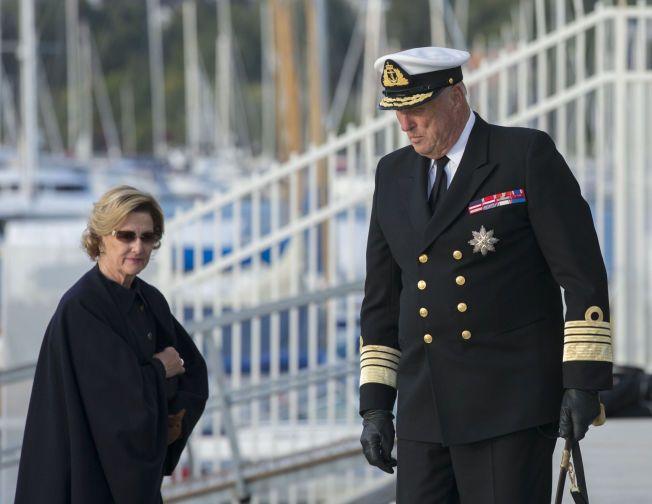 DRINKER PÅ KONGEHUSET: IOC ser helst at Kong Harald og dronning Sonja tar regningen for alkoholen som skal nytes under åpningseremonien. Her er kongeparet på vei opp fra Kongeskipet i september.