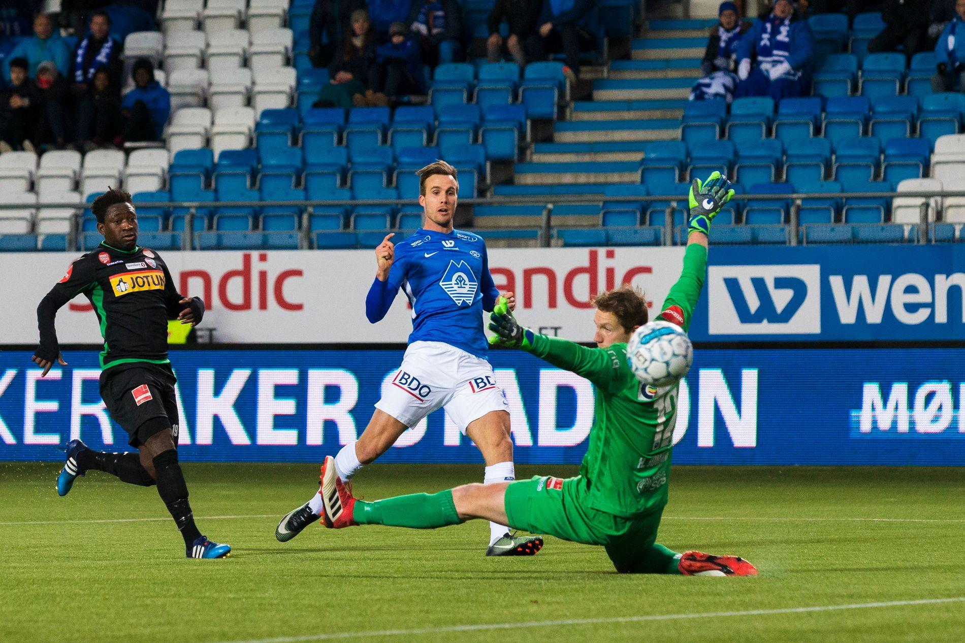 BYTTER KLUBB: Fredrik Brustad, som her setter inn 1–0 mot Sandefjord i duell med Victor Demba Bindia og Eirik Holmen Johansen i fjor, er klar for spill i Nedre Eiker.