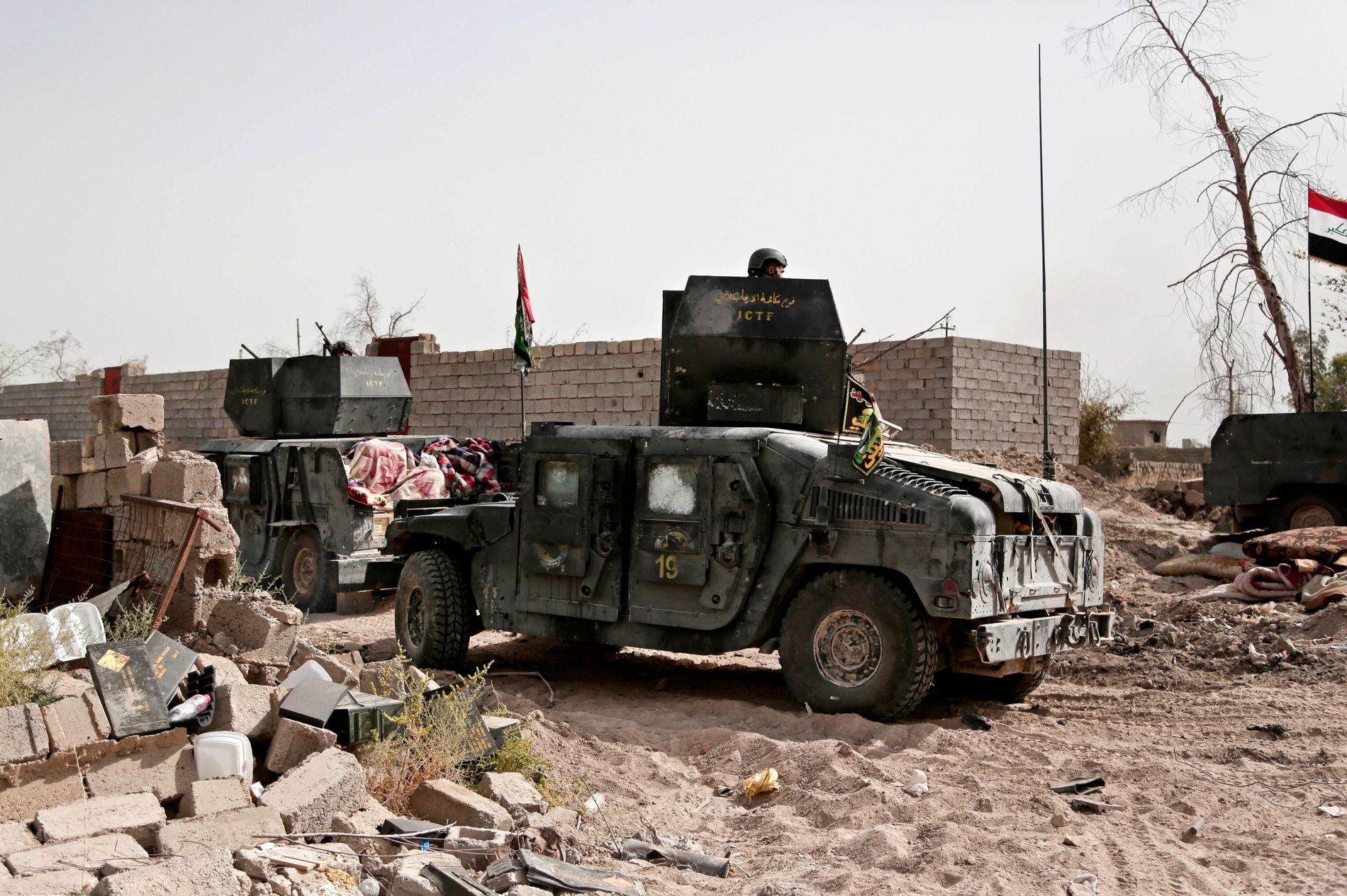 MILEPÆL: Humvee-biler fra irakiske regjeringsstyrker rullet inn i Shuhada-nabolaget i IS-kontrollerte Fallujah i Irak i går.