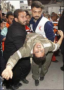 SÅRET: En skadet palestiner blir fraktet til sykehus etter et israelsk luftangrep mot Gaza lørdag. Foto: REUTERS