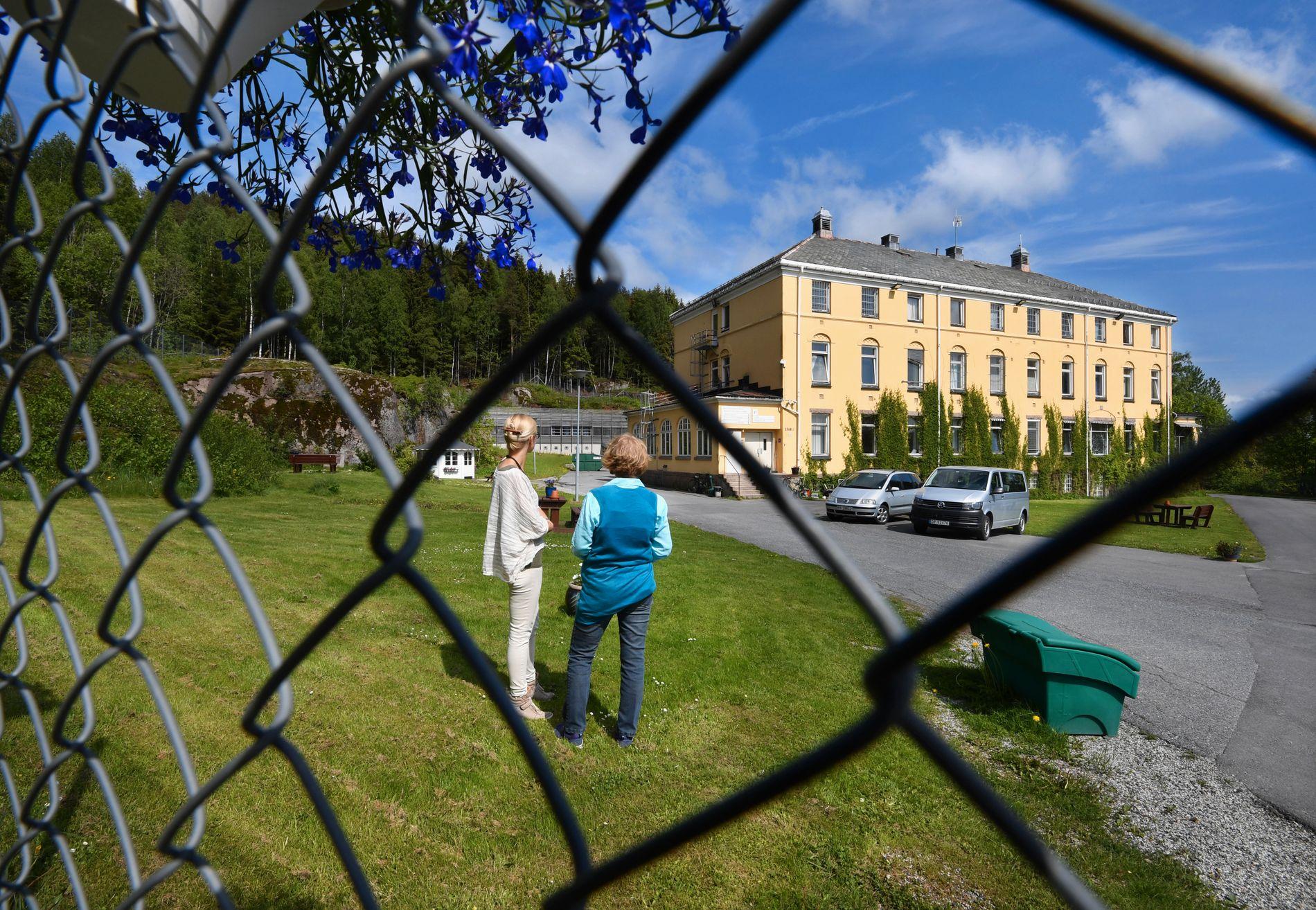 LEGER: Psykologspesialist Marthe Halvorsen Kjærstad og overlege Maria Sigurjonsdottir jobber begge ved RSA Dikemark. Av hensyn til sikkerheten er de ikke avbildet forfra.