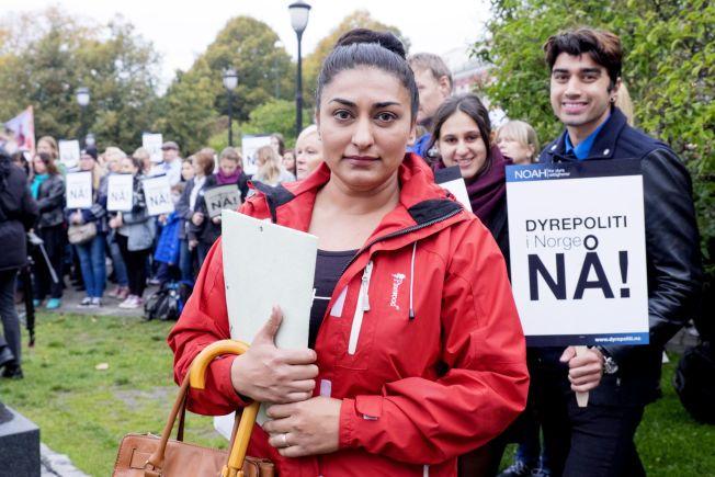VIL HA ENDRING: Shabana Rehman Gaarder sier organisasjonen NOAH ønsker å endre på at folk anser dyr som ting, under markeringen for et norsk dyrepoliti lørdag ettermiddag.
