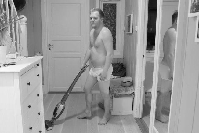 PAPPAKROPPEN: Martin Grevstad (29) fra Ås hyller pappakroppen.  Han sier at kroppen hans er en konsekvens av en travel hverdag som far.
