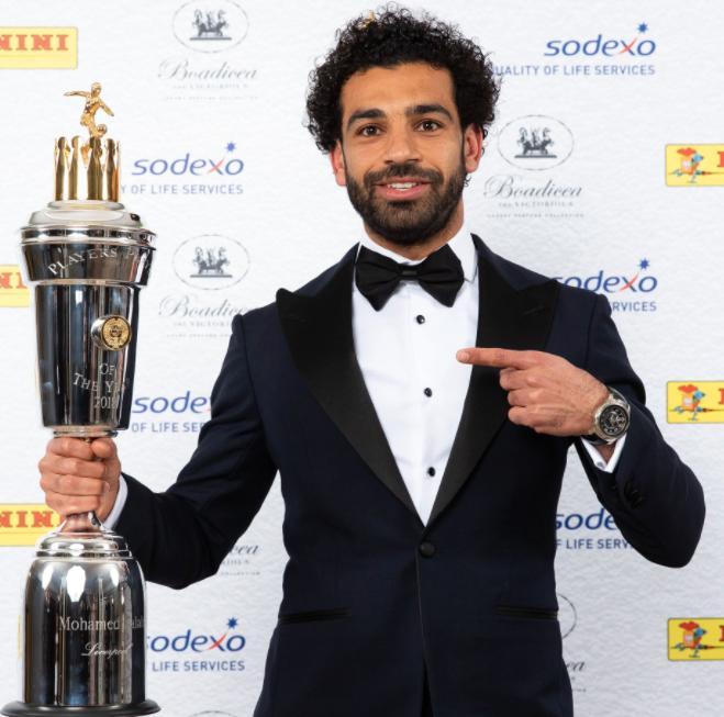 ÅPENBARING: Mohamed Salah har vært brennhet denne sesongen. Her holder han det synlige beviset for nettopp det.
