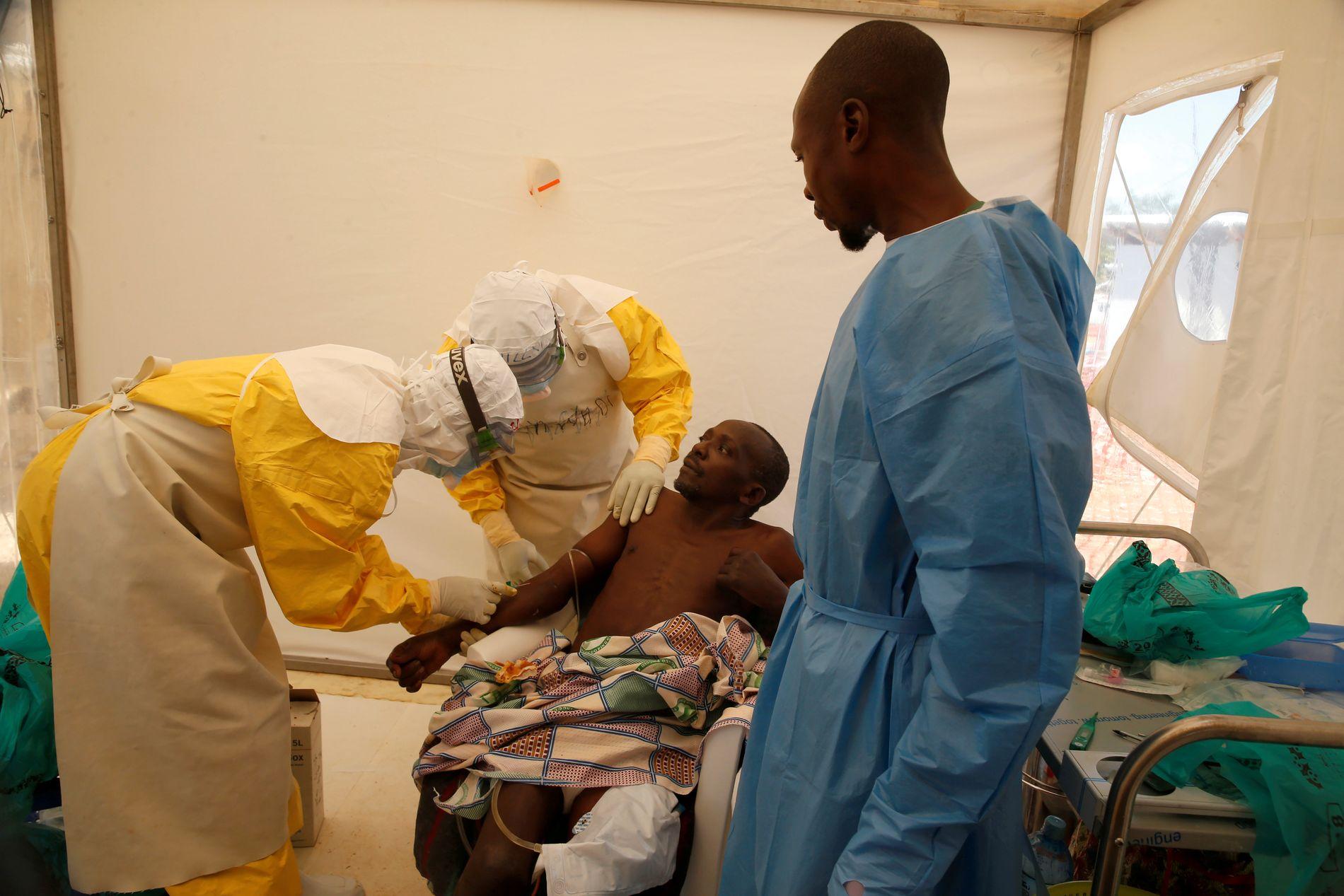HAR VAKSINE: En pasient blir behandlet for ebola på et medisinsk senter i Beni i mars i år. Til tross for at helsearbeiderne har alle virkemidler som kreves for å stoppe ebola-smitten gjør folks skepsis det vanskelig å stoppe epidemien.