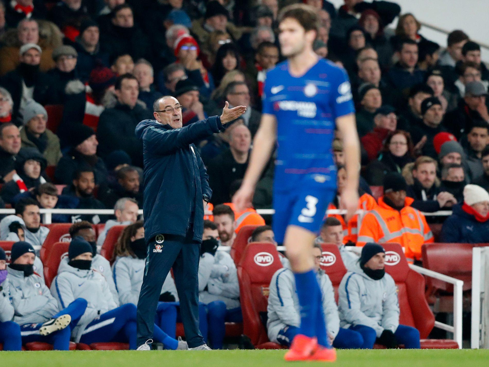 FRUSTRERT: Chelsea-trener Maurizio Sarri gir instruksjoner under 0–2-tapet mot Arsenal sist lørdag. I forgrunnen depper Marcos Alonso.
