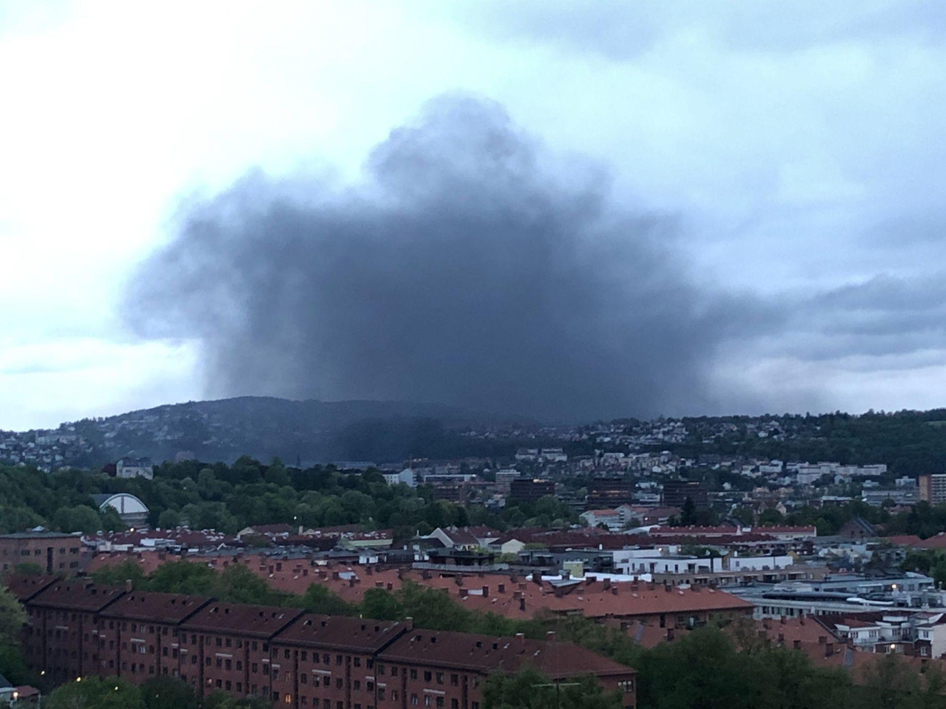 SYNLIG: Den tykke røyken var synlig over store deler av Oslo i kveld.