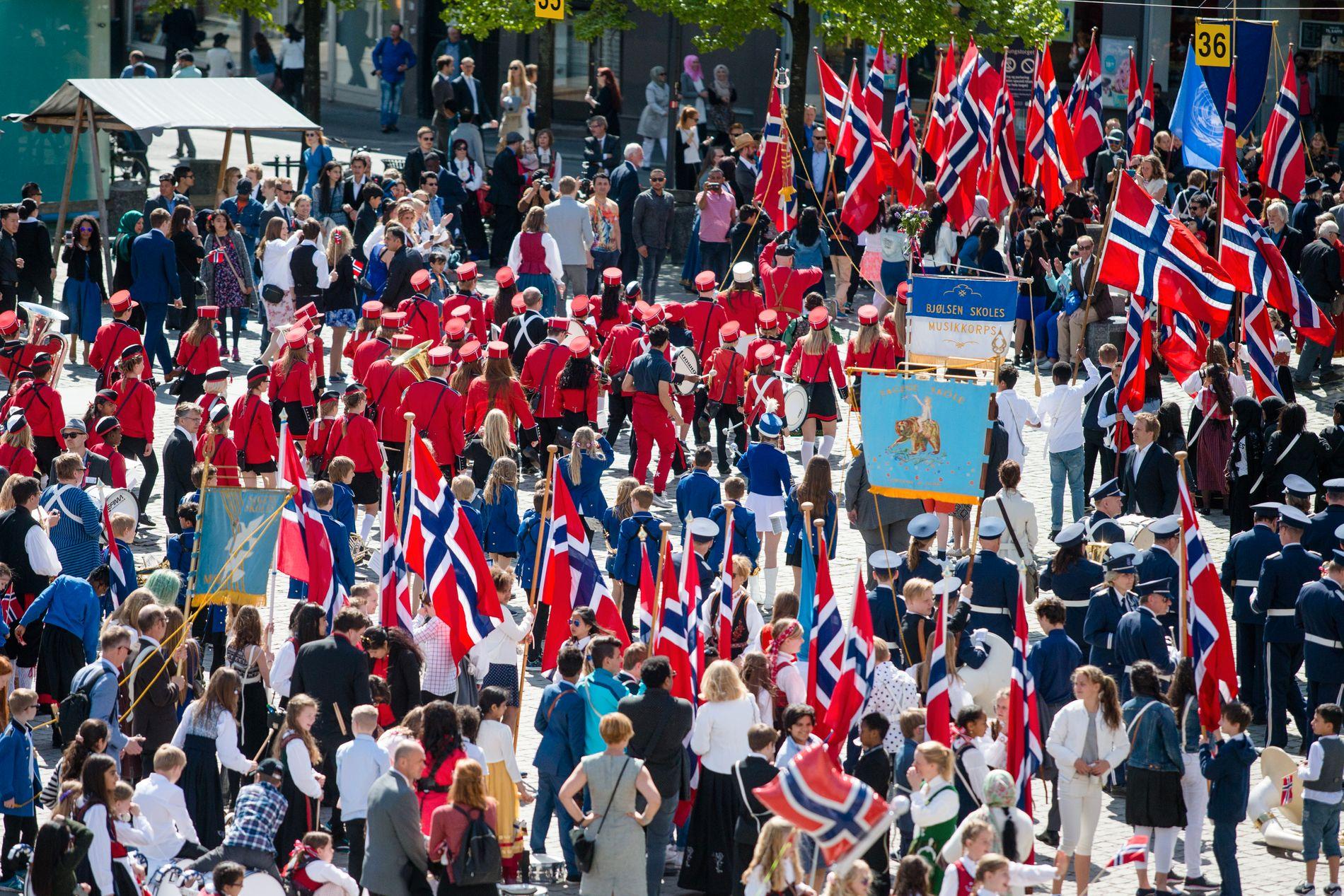 FLAGGBRÅK: Mange lurer på om det er forbudt å gå med utenlandske flagg i 17. mai-toget etter å ha lest en artikkel publisert på nettstedet Dagmagasinet. Dette stemmer ikke.