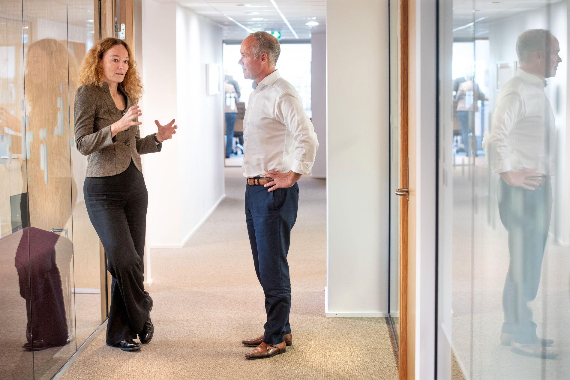 KORRIDORPOLITIKK: Etter en samtale om kjønnsforskjeller i skolen på statsrådens kontor, fortsatte diskusjonen mellom Jan Tore Sanner og Camilla Stoltenberg på gangen i departementet.