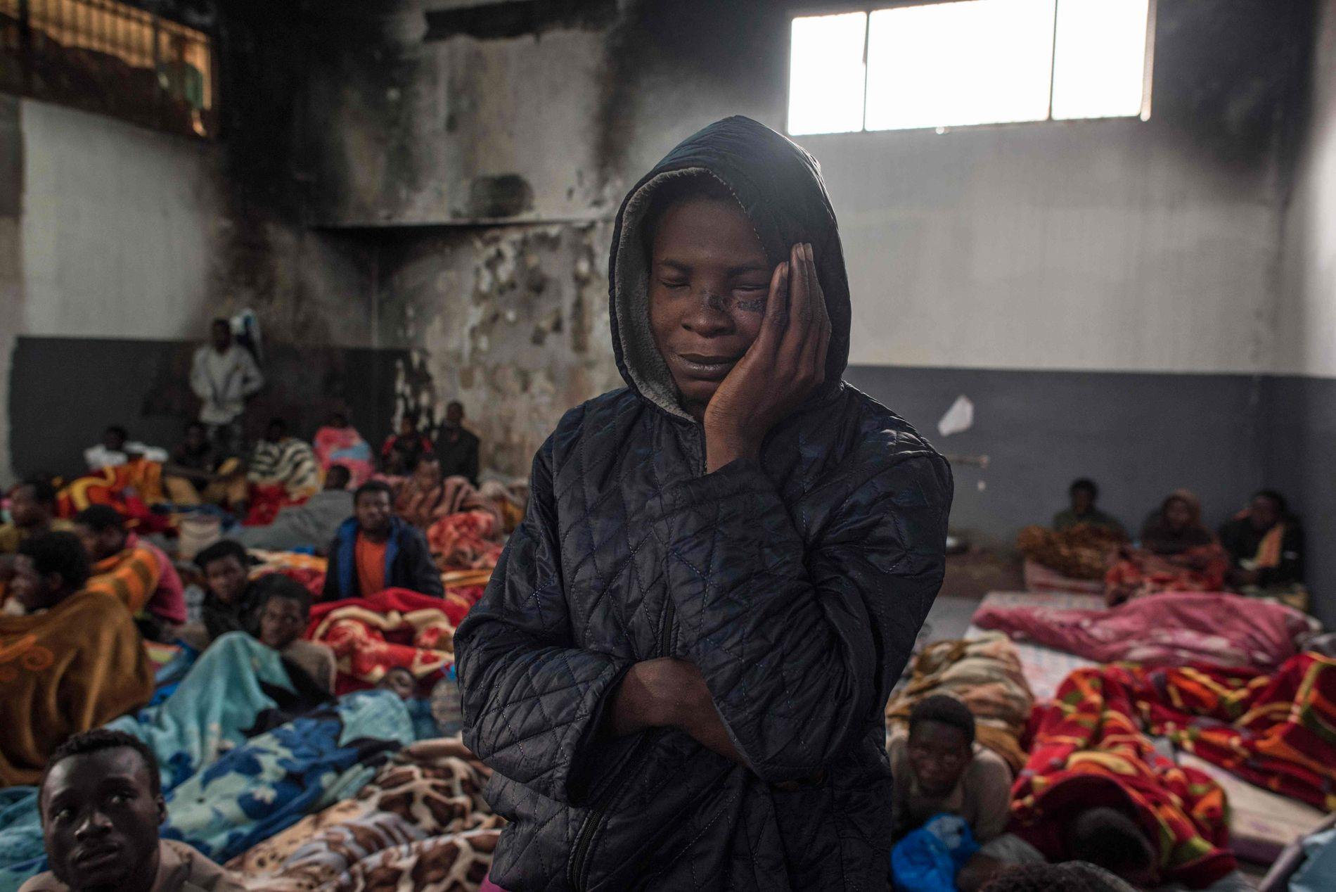 OVERFYLT: Mennesker i et overfylt rom i en interneringsleir i utkanten av Tripoli i slutten av november.