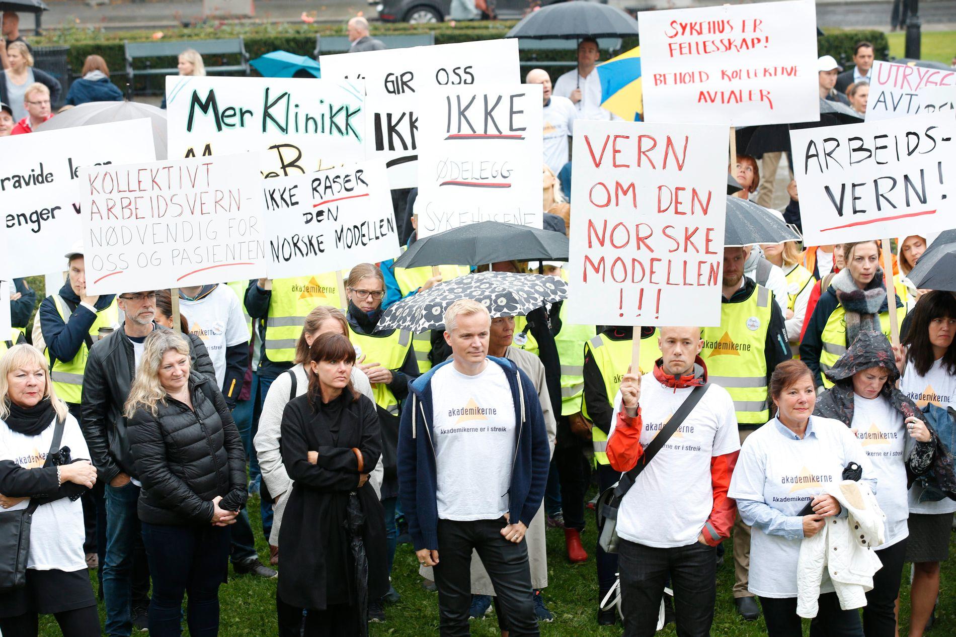 STREIKET EN DRØY MÅNED: Legestreiken startet 7. september og ble avsluttet 11.oktober. Her er flere av de streikende samlet på Eidsvolls plass foran Stortinget i Oslo.
