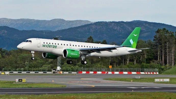 Widerøes fjerde Embraer E190-E2, med registrering LN-WEX, avbildet på vei inn for landing i Norge for første gang på Flesland i juni 2019