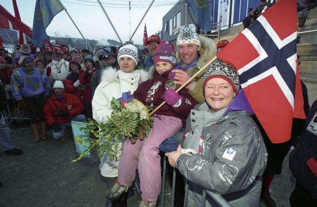 GULLJUBEL: – I Høyre er vi mange som ser hvor viktig et norsk OL vil være, ikke bare for idretten, men for hele samfunnet, skriver kronikkforfatterne. Bilde fra premieutdelingen etter 5-mila på Lillehammer i 1994.
