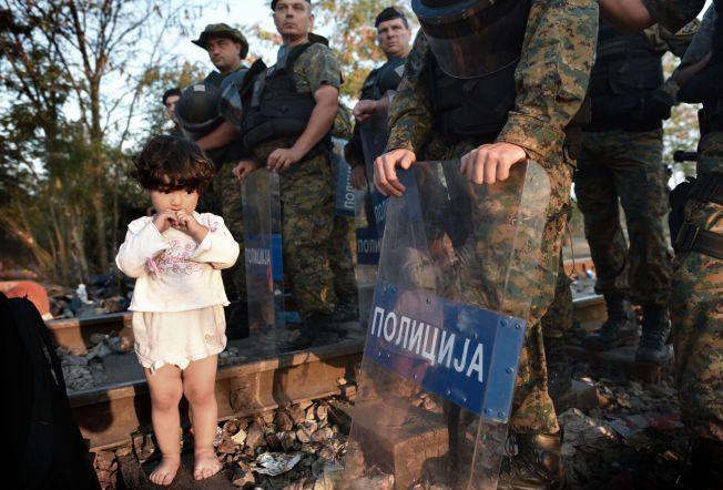 SLAPP IKKE FORBI: Masa (2) sto i kø for å slippe over grensen fra Hellas til Makedonia.