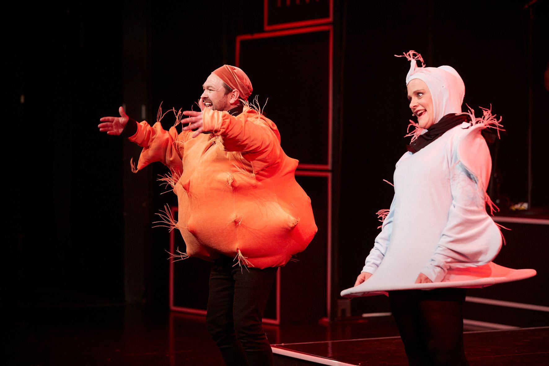 FETTFRI REVY: John Brungot og Henriette Steenstrup som «Gluten» og «Laktose» i «Åpen forhold» på Chat Noir. FOTO: Jarle Nyttingnes / Over Norge