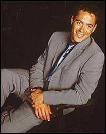 Han har nettopp sluppet ut av fengselet og sikret seg en sentral rolle i suksess-TV-serien «Ally McBeal». Tilsynelatende kurert og vellykket. Så skjer det igjen. Robert Downey jr. blir arrestert for besittelse av narkotika.