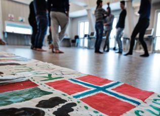 NORGE FØRST: Listhaug mener hensynet til landet krever innstramminger i utlendingsloven. I bakgrunnen enslige mindreårige asylsøkere ved Gjøvik omsorgssenter.