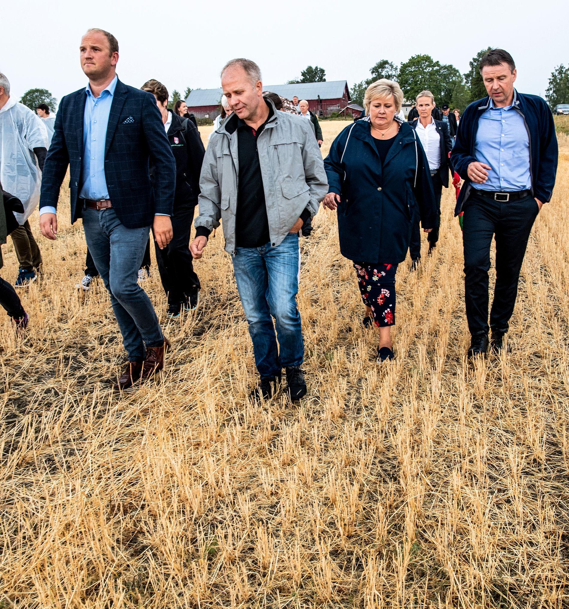 SJEKKET SKADENE: I starten av august var landsbruksminister Jon Georg Dale og statsminister Erna Solberg på gården til Lars Egil Lauten.