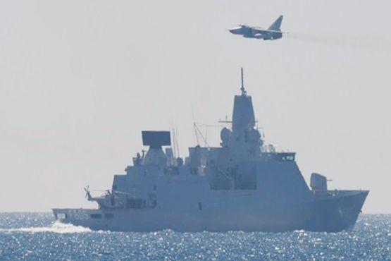 NÆRKONTAKT: Et russisk kampfly overfløy tirsdag den hollandske fregatten Evertsen, som seiler sammen med den norske fregatten Roald Amundsen i NATOs stående flåtestyrke i Østersjøen. Bildet er tatt fra den norske fregatten.