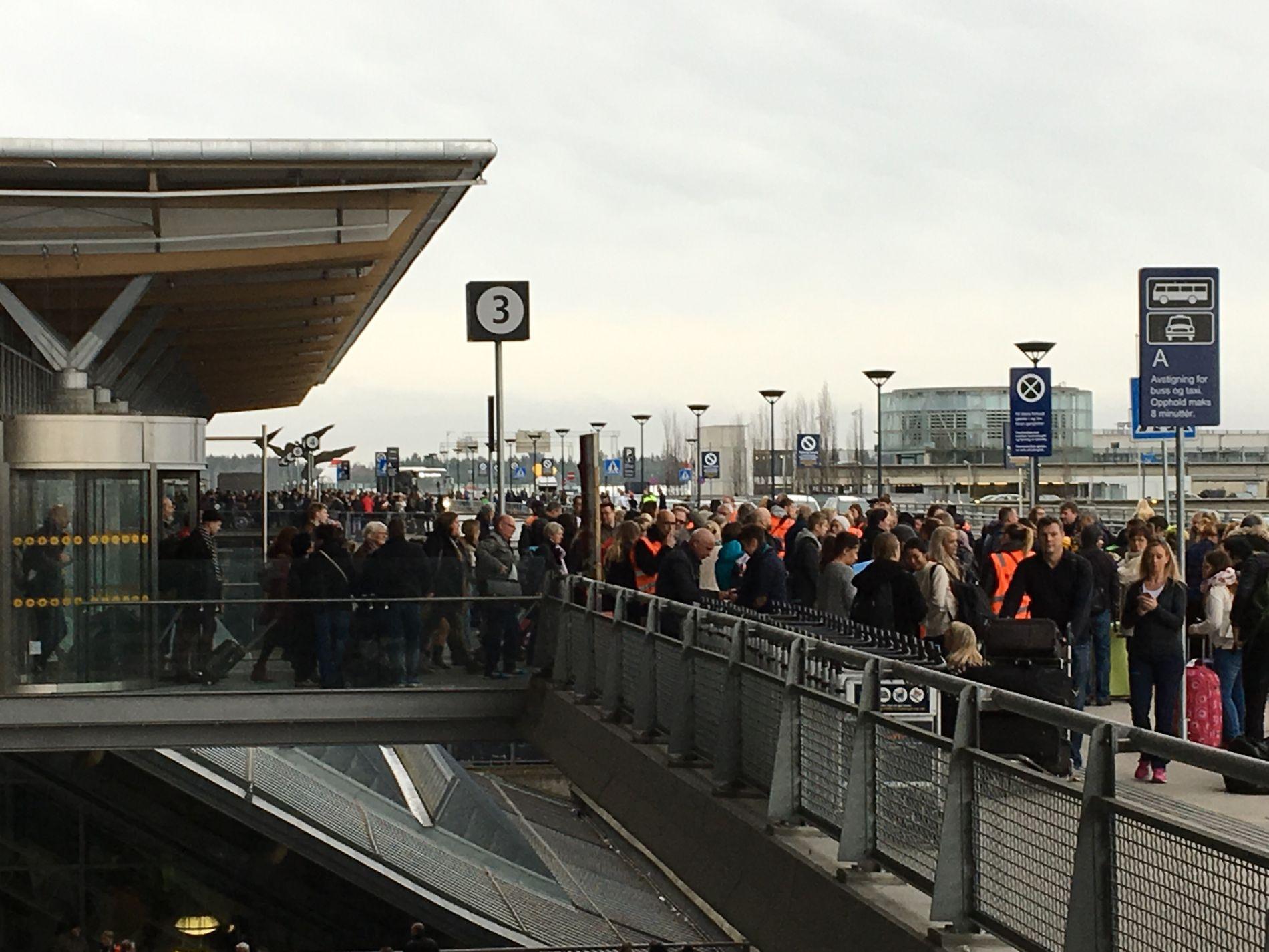 EVAKUERT: Slik så det ut på Gardermoen like før klokken 11.00, da store deler av flyplassen ble evakuert.