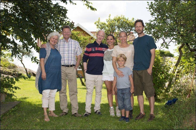 SOMMERMORO: Denne gjengen står for mye sommermoro i den nye dramakomedien «Neste sommer» som har premiere på TVNorge ikveld. Fra venstre: Ellen Horn og John Nyutstumo, Eivind Sander og Pia Tjelta, Janne Formoe, Lukas Prange Løberg (6) og Trond Fausa Aurvåg. FOTO: ROBERT S. EIK/VG