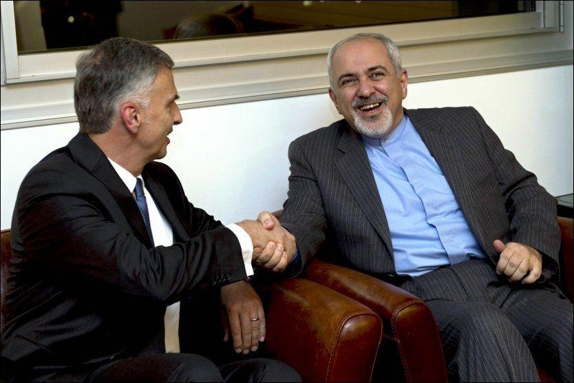 ENIGE: Sveits utenriksminister Didier Burkhalter tar Irans utenriksminister Mohammad Javad Zarif i hånden i forkant av forhandlingene i Genève lørdag. Foto: Reuters
