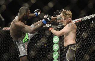 SLAG OG SPARK: MMA - Mixed Martial Art - er blitt en hit i Sverige. Her får nesten amerikaneren Anthony Johnson inn et spark mot hodet til svenske Alexander Gustafsson i Tele2 Arena foran 30 000 tilskuere for fem dager siden.