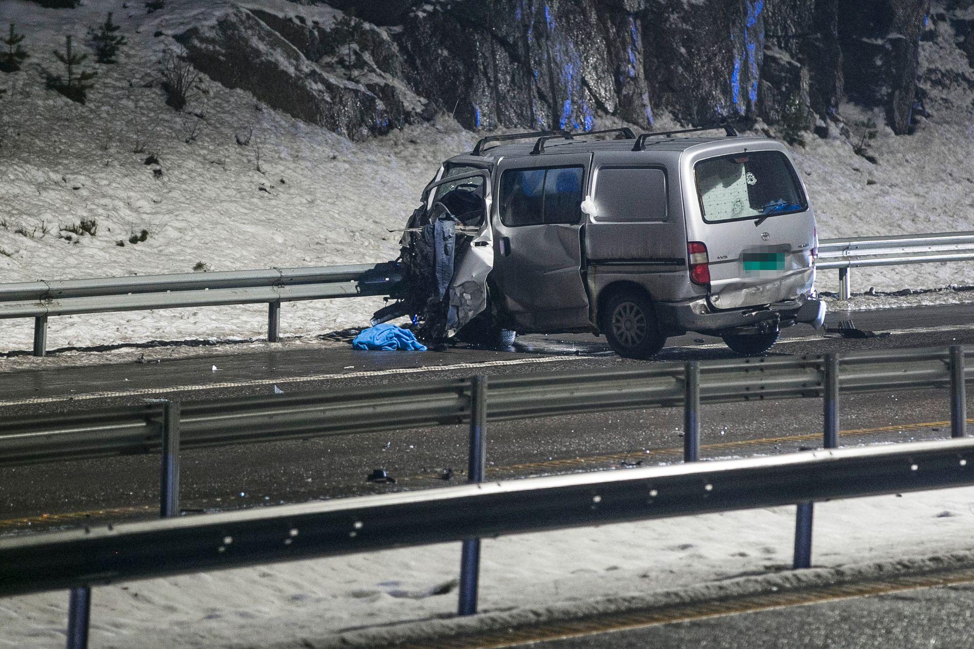 SIKTET FOR DRAP: Mannen som kjørte denne bilen er siktet for drap. Ifølge politiet kjørte han i motgående kjørefelt og traff personbilen hvor familien satt.