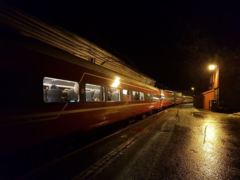 PÅ VIDDA: Det vestgående NSB-toget fra Oslo til Bergen sto fast på Myrdal stasjon på Hardangervidda - med blant annet småbarnsfamilier blant passasjerene.
