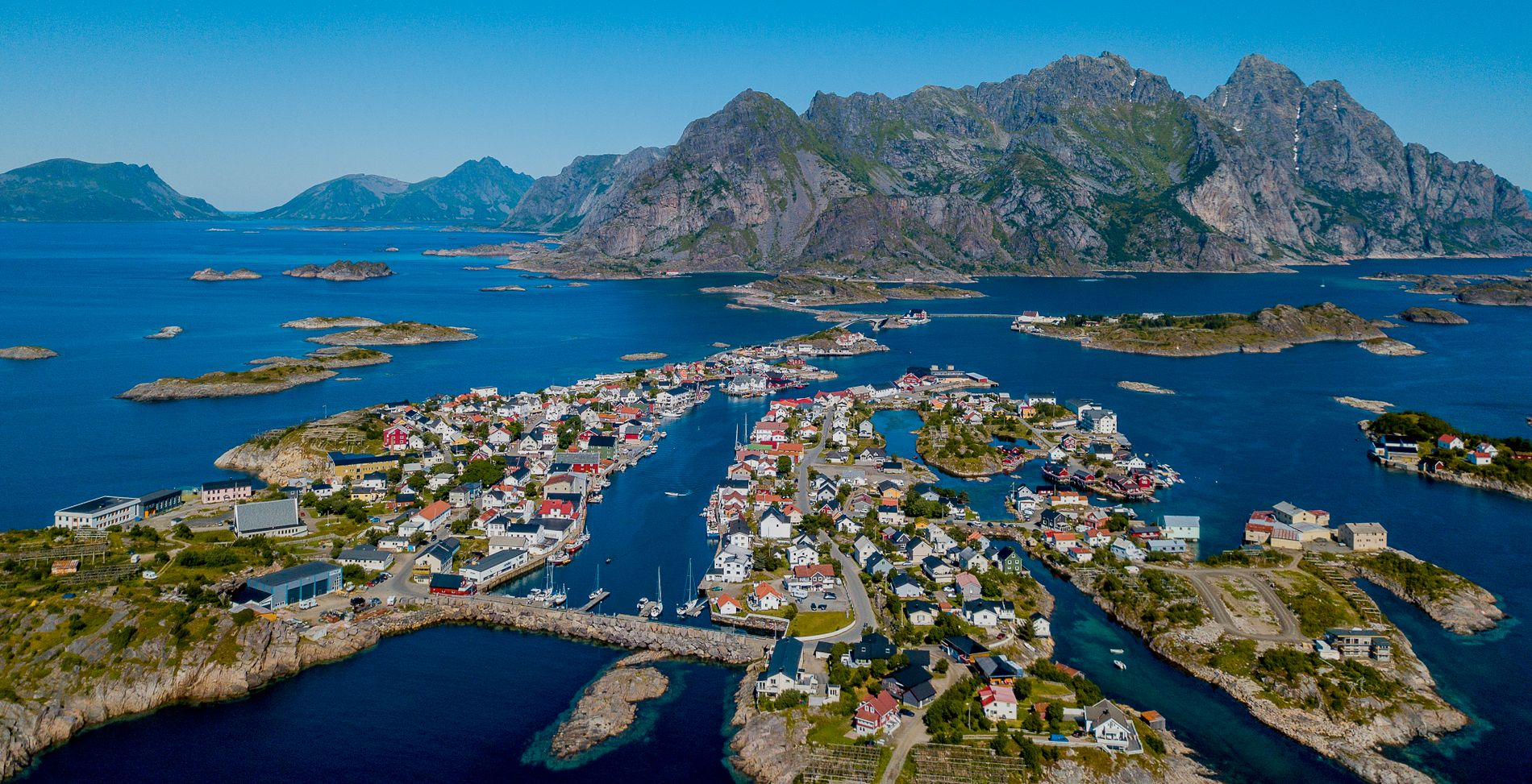 OLJEFRITT: Fiske og turisme ligger an til å bli vinneren i Lofoten også de neste fire årene. Her et dronebilde av Henningsvær.