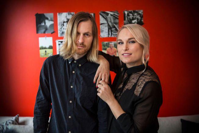 DUO: Ekteparet Thomas Stenersen og Eva Weel Skram utgjør Eva & The Heartmaker. Her hjemme i sin egen stue for noen måneder siden.