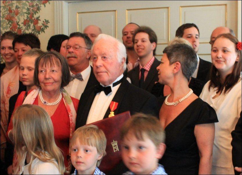 HEDRET: Samuel Steinmann, den siste gjenlevende etter det norske holocaust, fikk Kongens fortjenestemedalje torsdag. Her står han omkranset av familien. Foto: ELSA KVAMME