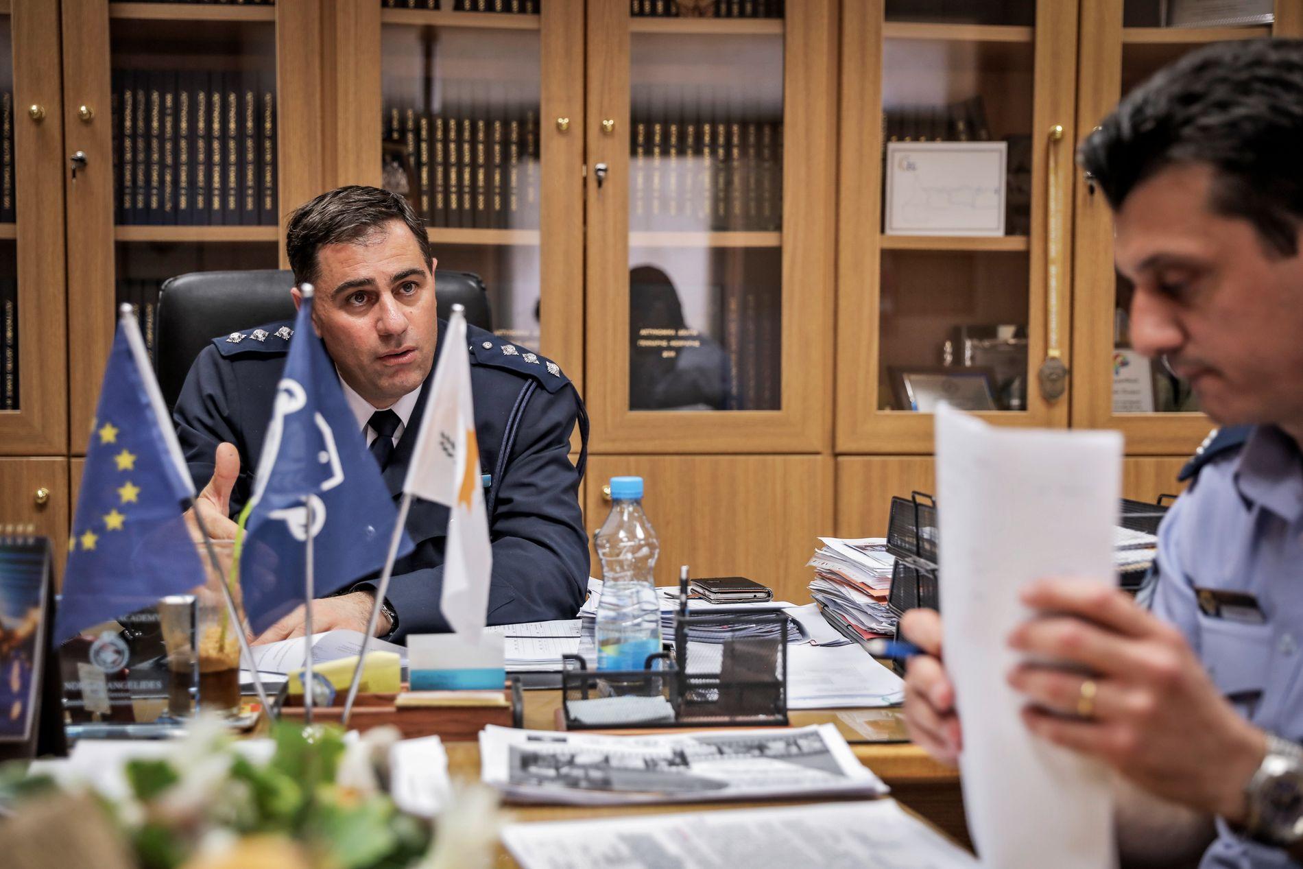 VRIEN SAK: Sjefinspektør Andreas Angelides og talsmann Stelios Stylianou treffer VG ved politihovedkvarteret i Nikosia.