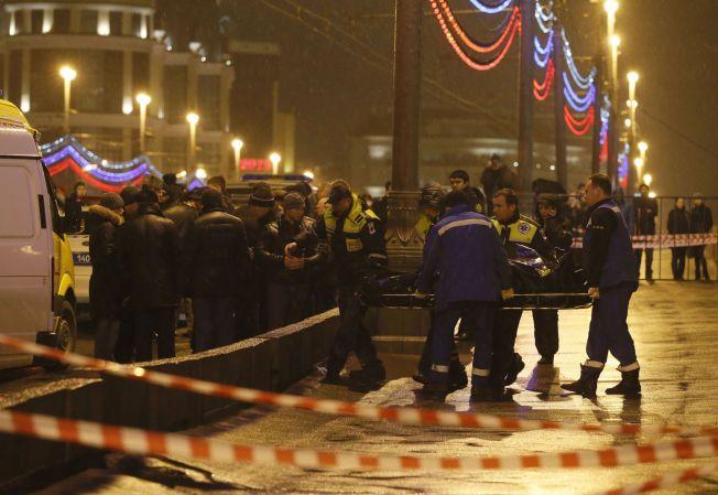 ÅSTEDET: Opposisjonspolitikeren Boris Nemtsov blir fraktet bort etter at han ble drept på åpen gate.