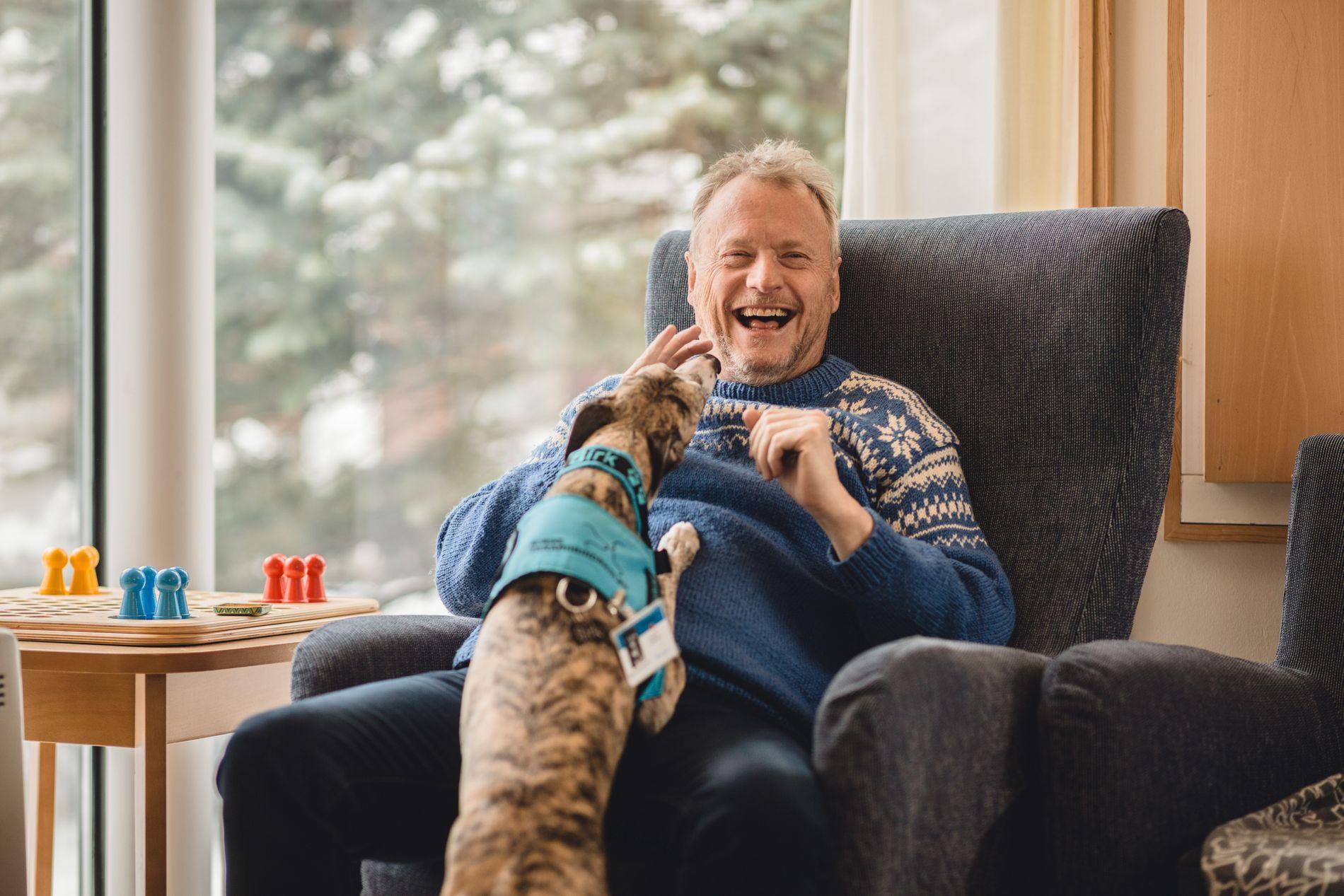 GODE VENNER: Terapihunden Birk og byrådsleder Raymond Johansen.