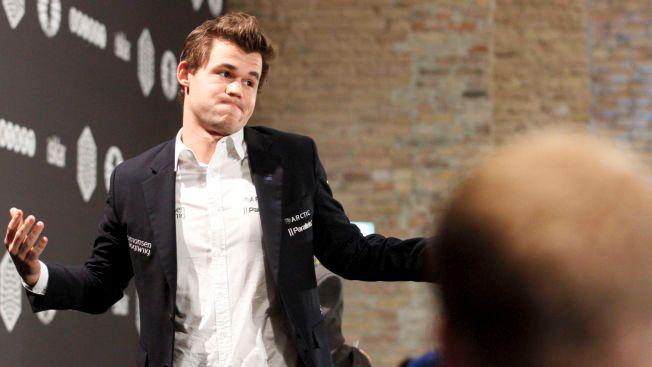 SKUFFET: Magnus Carlsen slo oppgitt ut med armene etter et parti i hurtigsjakk-VM i Berlin i oktober. Selv om han beholdt tittelen, har ikke 2015 vært et perfekt år for sjakkspilleren.