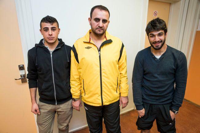 BOR PÅ REFSTAD: Ali Mzgeen (f.v.), Mouhamad Alibo og Abdulwahab Alshawa har ulik oppfatning av innstrammingene.