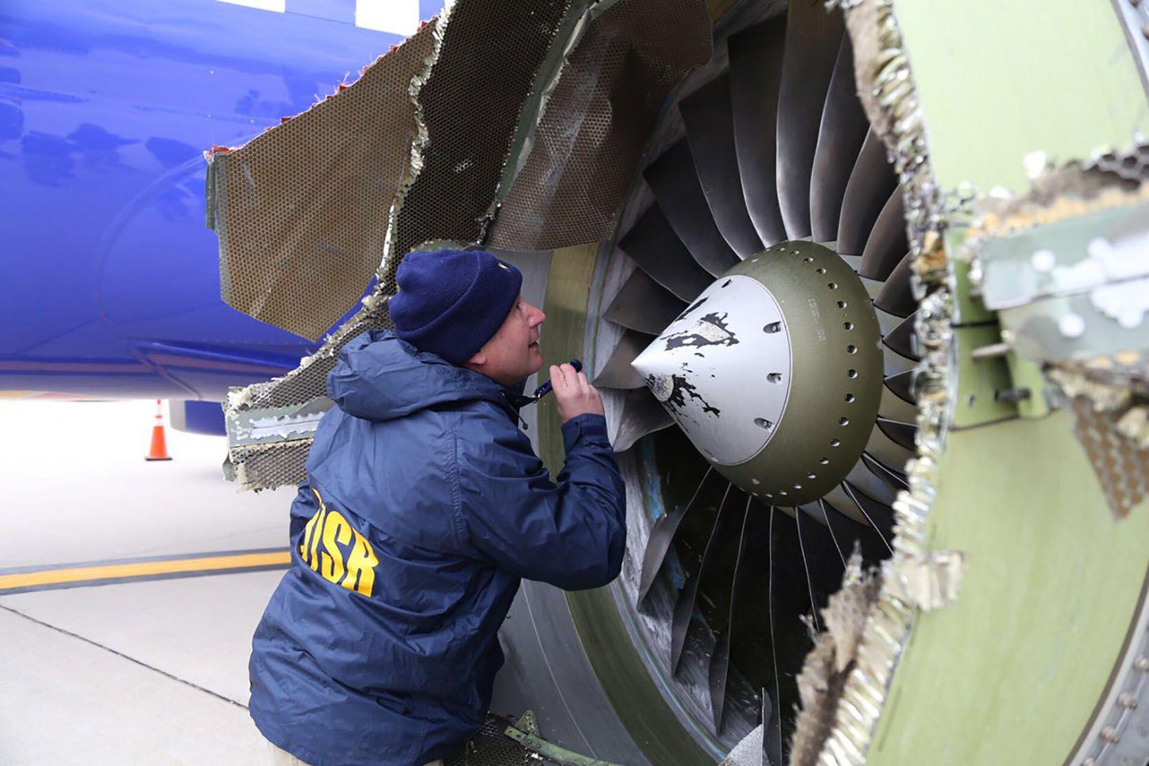 FATAL FEIL: Et Boeing 737-fly måtte nødlande i Philadelphia etter at deler fra motoren løsnet og slo hull på et vindu.